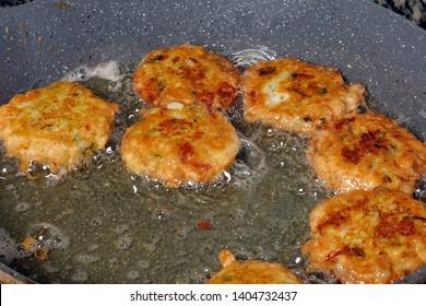 Piaju pakora pakoda pakodi fakkura bhajiya bhajji ponako onion lentil fitter chop snack frying cooking in boiling hot oil
