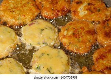 Piaju pakora pakoda pakodi fakkura bhajiya bhajji ponako onion lentil fitter snack frying cooking in boiling hot oil