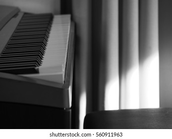 piano in black and white