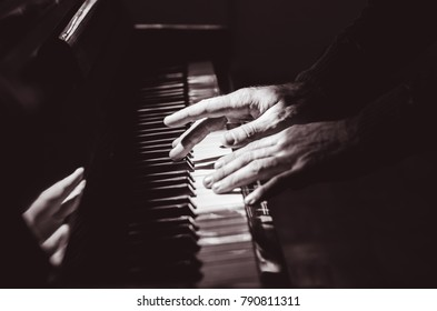 piano, hands are playing