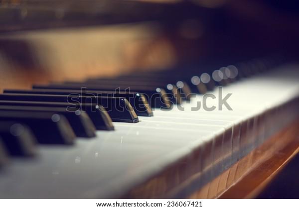 Klaviertastatur-Hintergrund mit selektivem Fokus. Warmes, farbiges Bild