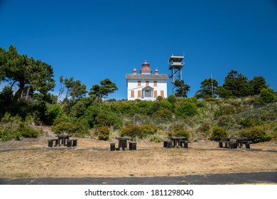 Picnic tables in front of Yaquina Bay Lighthouse, at the Oregon State Park