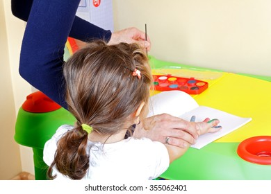 Picture of an adorable little girl in a painting class