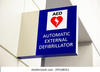 Picture of an AED Automated External Defibrillator sign at an airport