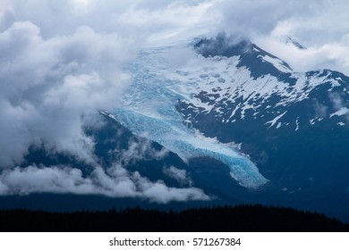 Picture of an alaskan glacier as seen from a cruise ship