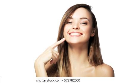 imagine de femeie frumoasă arătând spre dinți