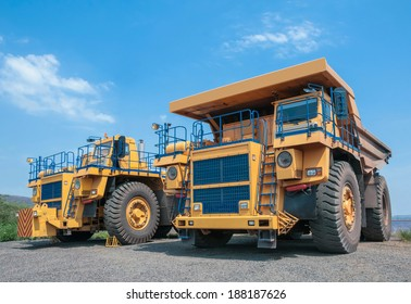 picture of big yellow heavy truck in open cast mine