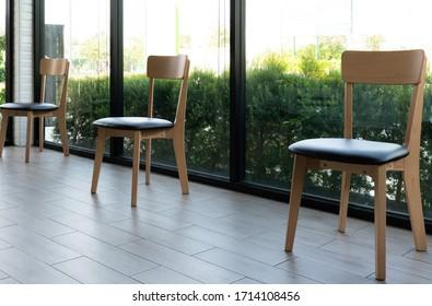 Bild von Stühlen im Restaurant, die aufgrund sozialer Distanzierung oder Isolation während der Kokosnuss-19 oder der Koronavirus-Pandemie, um Infektionen zu verhindern, in großer Höhe aufgestellt wurden. neues normales Lifestyle-Konzept