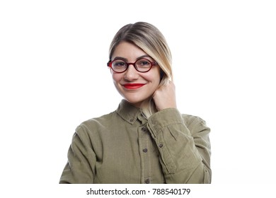 Picture of charming young woman in stylish eyewear looking at camera with cute smile, having happy joyful expression on her pretty face. Attractive female advertising optics, wearing round glasses