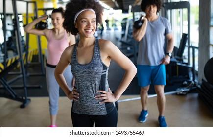 Photo d'une équipe de fitness joyeuse en salle de sport
