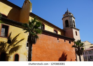 A picture in the city Toulon in france. Ein Bild in Frankreich gemacht in der stadt Toulun. Eine Art Kirche mit Palmen davor.