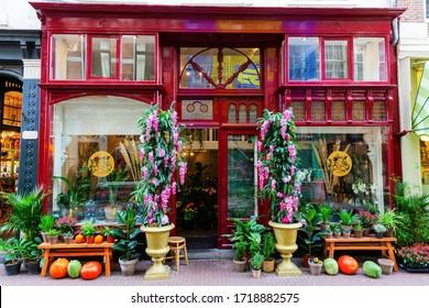 オランダのアムステルダムにある歴史的な建物の花屋の写真