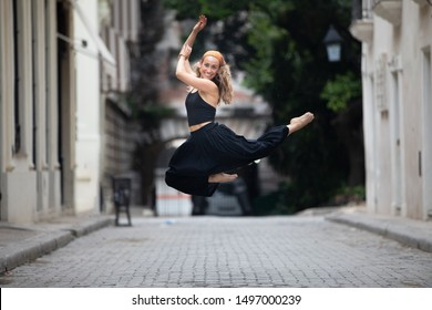 Picture of girl having fun jumping and dancing in Old Havana, Cuba. Taken with a Canon 5D Mark IV and a Canon 70-200mm lens