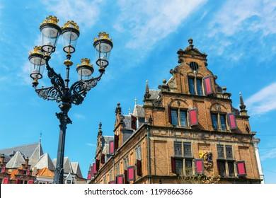 オランダ・ナイメーヘンのグレートマーケットにある歴史的な建物の写真