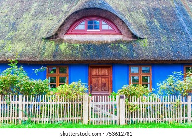 picture of an idyllic thatched-roof cottage at the Lieper Winkel, Usedom, Germany