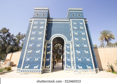 Picture of the Ishtar Gate, which is located in the city of Babylon archaeological, It is a blue patterned animals.