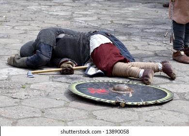 Picture of a knight, wounded during a battle