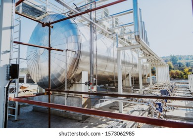 Picture of oil tank in refinery.