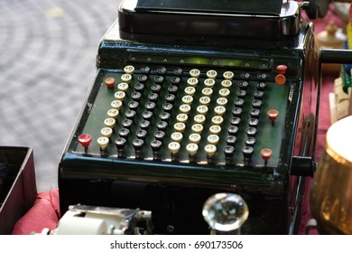 the picture of the old adding machine on the flea market in albenga