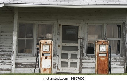a picture of an old gas station