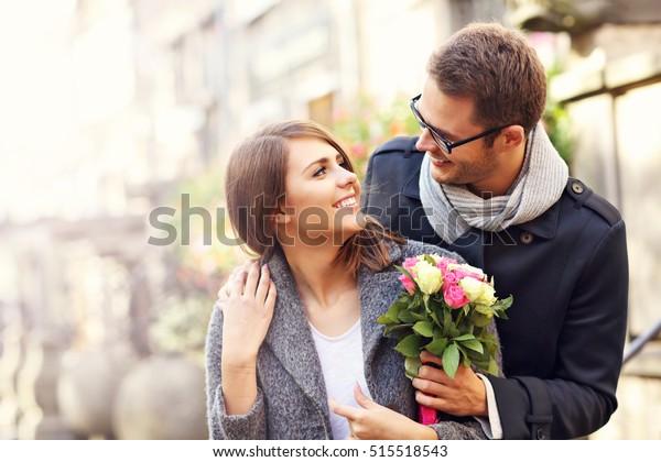 市内に出回る花を持つ若い夫婦の写真