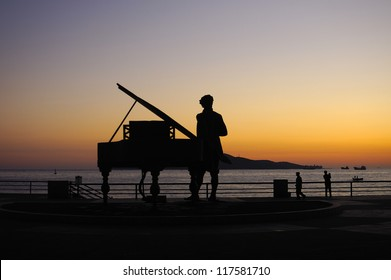 The picture shows the Waterfront Park sunrise scene, silhouette is a beautiful city sculpture.