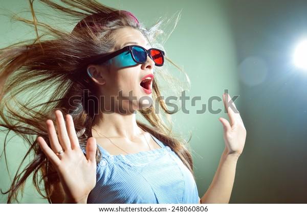 驚いた若い美しい女性の3D眼鏡姿の写真