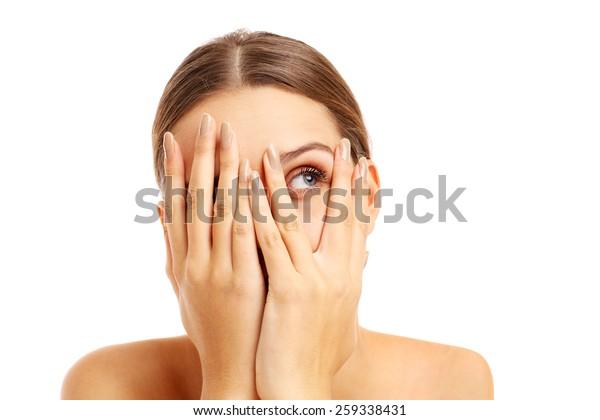 白い背景に顔を覆う恐れた女性の写真