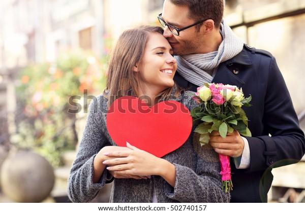 Foto de una pareja joven con flores y corazón
