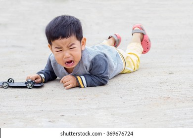Pictures of Asian children crying on the sidewalk.