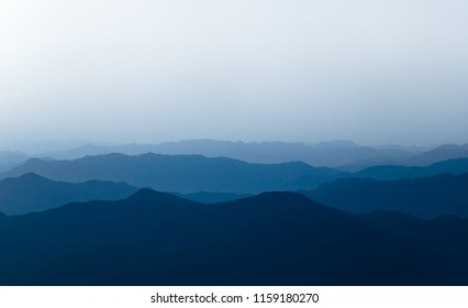 Pictures of Chinese ink and mountain mountains. Hazy hills