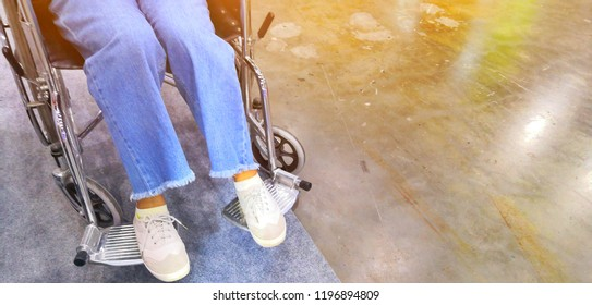 Pictures from the legs of injured women can not walk. Need to ride a wheelchair.