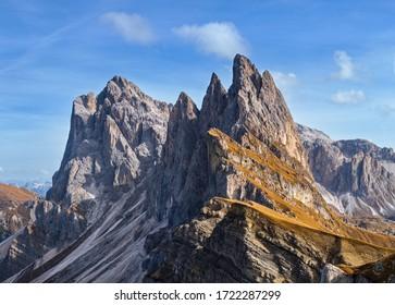 Malerische Herbstgebirgslandschaft, berühmte italienische Dolomiten Seceda majestätischer Felsen, Sass Rigais, Sudtirol, Italien. Schöne Reise-, saisonale und Natur Schönheitsszene.