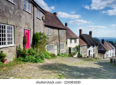 Picturesque English cottages on a cobbled street at Gold Hill in Shaftestbury in Dorset