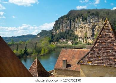Picturesque honeypot village of La Roque-Gageac is built under the cliffs beside the Dordogne River in Dordogne, Nouvelle Aquitaine, France.