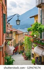 Schilderachtige kleine stad straat uitzicht in Bellagio, Comomeer Italië
