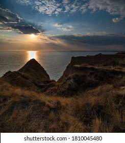 Malerische Sonnenuntergangslandschaft der Stanislav-Tonberge und Canyons oberhalb der Bucht des Flusses Dnipro nahe dem Schwarzen Meer, der Ukraine, Kherson Grand Canyon.