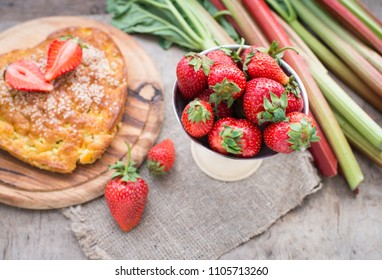 Pie with strawberry and rhubarb