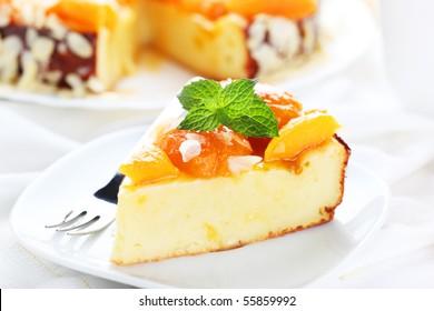Ein Stück Kuchen mit Aprikosen und Mandeln