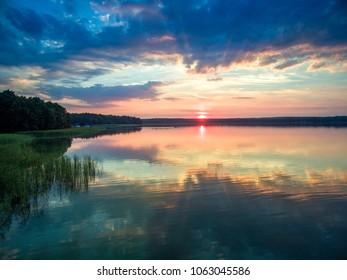 Piekny zachod slonca nad jeziorem, nad woda, Polska - Shutterstock ID 1063045586
