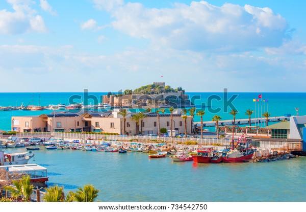 """Taubeninsel mit """"Piratenschloss"""". Hafen Kusadasi, ägäische Küste der Türkei."""