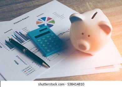 Piggy Bank mit Business-Kram, Geschäfts- und Finanzkonzept, Vintage-Farbton.