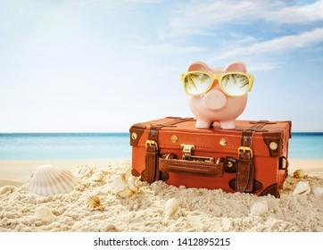 Banco de cerdo con gafas de sol descansando en la playa tropical con espacio para copiar