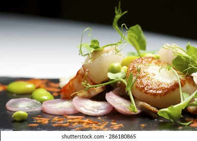 Piglet sauteed with scallops and prawns.