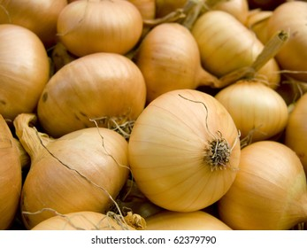 A pile of beautiful bulb onions on a counter