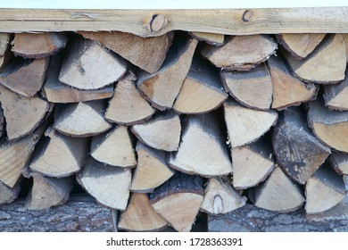 Pile aus trockenem Brennholz als Naht, gestapelte Holzstämme