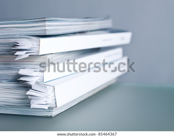 Une pile de magazines lustrés en gros plan