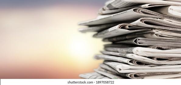 Pile von Zeitungen - Stapel auf unscharfem Hintergrund
