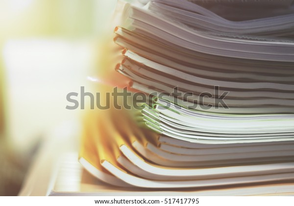 montón de papeles en diferentes colores listos para hacer un libro en la fábrica de papel.