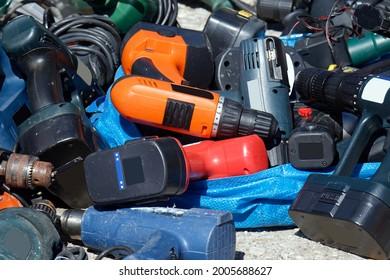 Pila de máquinas de perforación operadas por baterías de segunda mano vendidas en el mercado de pulgas